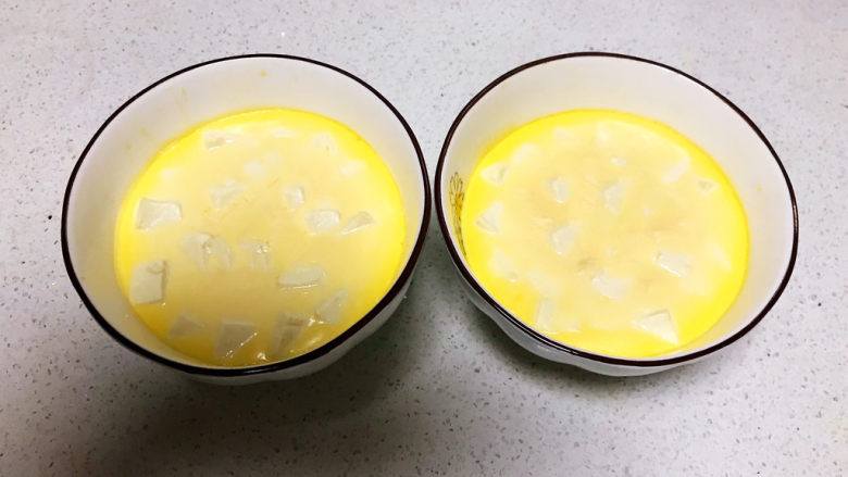 豆腐蒸蛋,把蒸好的豆腐鸡蛋羹取出来,水嫩嫩的