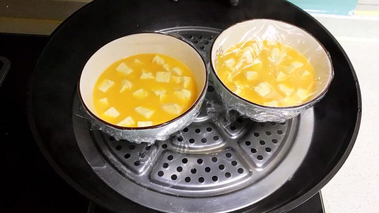 豆腐蒸蛋,锅里水烧开后放入豆腐鸡蛋碗,大火烧开后蒸10分钟