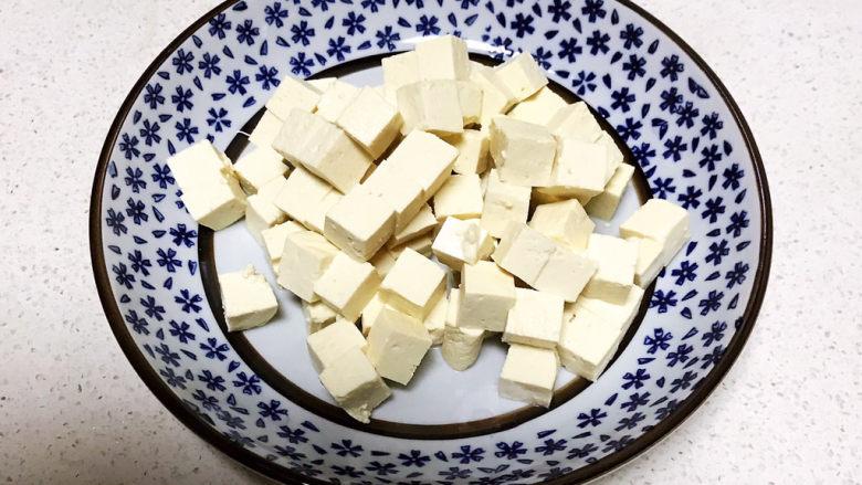 豆腐蒸蛋,准备<a style='color:red;display:inline-block;' href='/shicai/ 476'>北豆腐</a>一小块,把豆腐切成小丁