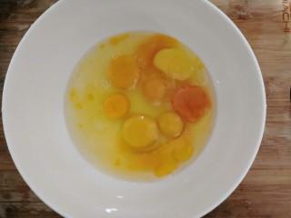 葱香鸡蛋饼,把鸡蛋,磕入碗中