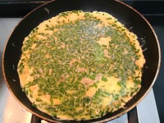 葱香鸡蛋饼,鸡蛋液底部凝固,关小火
