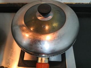 葱香鸡蛋饼,加上盖子,把上层的小葱鸡蛋液,焖熟,然后关火盛盘