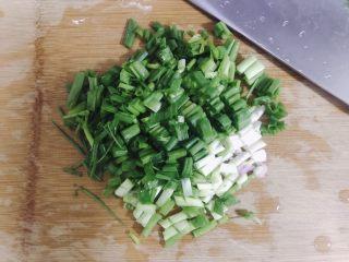 葱香鸡蛋饼,准备葱花。