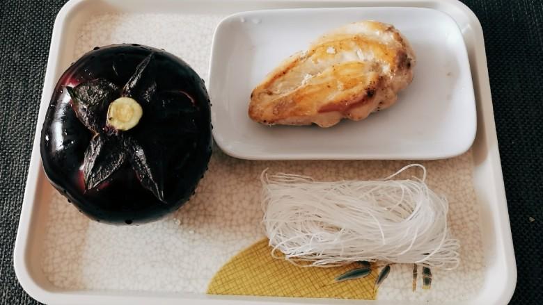 茄子粉丝煲,食材准备好  鸡胸肉是煎熟的