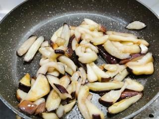 茄子粉丝煲,煎制微微焦黄  备用