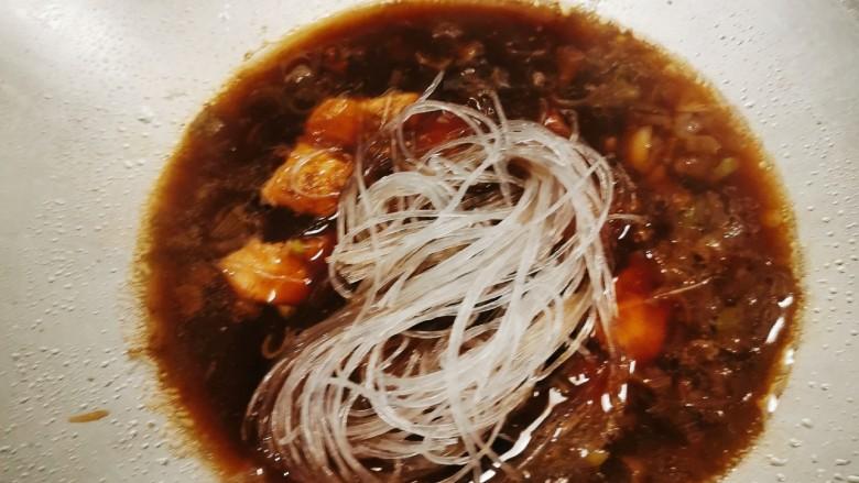 茄子粉丝煲,粉丝放入后  用锅铲慢慢翻动以免粘到锅底