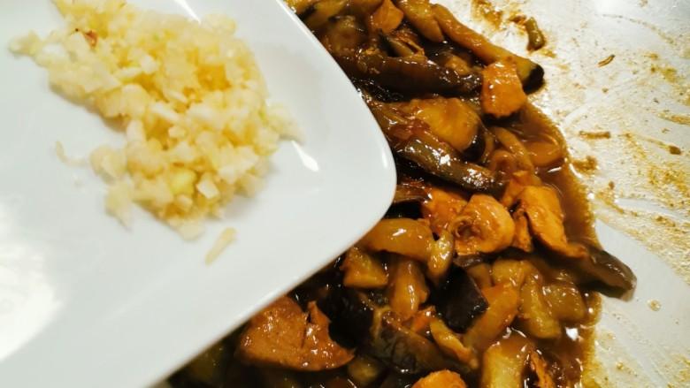 茄子粉丝煲,食材完全入味  放入蒜末  即刻关火