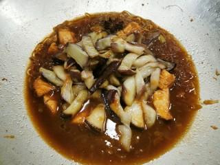 茄子粉丝煲,放入茄子  盖锅盖  小火慢慢煲