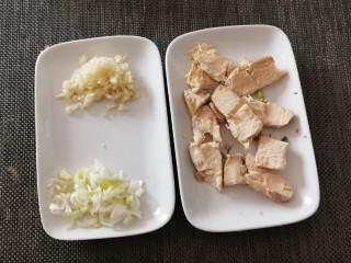 茄子粉丝煲,葱切片  蒜切末  熟鸡胸肉切块