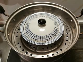 豆腐鸡蛋羹,盖上蒸蛋碗的盖子  中火蒸18分钟