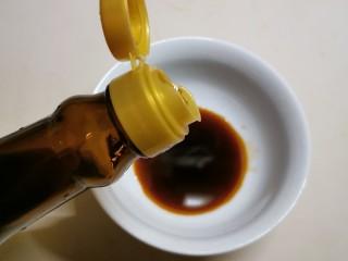 豆腐鸡蛋羹,取一小碗  放入酱油