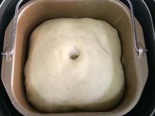 热狗面包,接着面团发至2倍大。