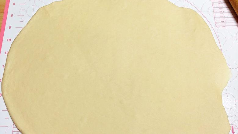 葱香鸡蛋饼,将面团分成四份,其中取一团擀成长方形薄片即可。
