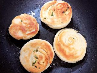 葱香鸡蛋饼,小火烙至两面金黄(中途翻面),每面大约需要3分钟左右。