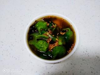 酸汤饺子,盛入碗中,加入秘制辣椒油