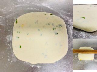 香葱千层饼,将折叠好的面胚用擀面棍,轻轻按压擀成饼,厚度1.5厘米。