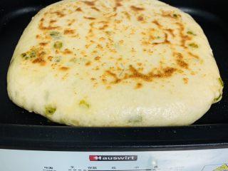 香葱千层饼,蒸好的饼,平底锅刷油煎制两面金黄即可。