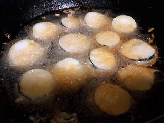 #冬日暖心菜#鱼香茄盒,锅中倒入适量的油加热至七成热下入茄盒大火炸起来