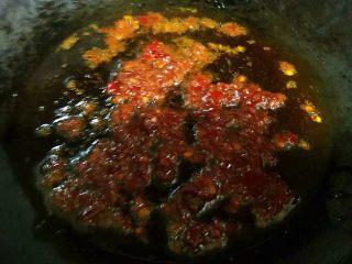 #冬日暖心菜#鱼香茄盒,锅中倒入底油加热放入郫县豆瓣酱煸香