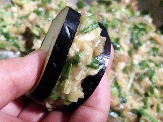 #冬日暖心菜#鱼香茄盒,放入适量的馅料