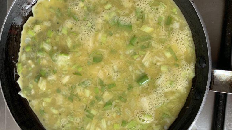葱香鸡蛋饼,抹一点点油搅拌均匀开始烙