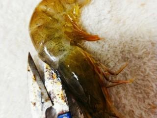 冬日暖心菜-铁板蒜泥虾,沿着背部剪开(腌制时使味道更好)