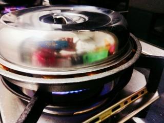 冬日暖心菜-铁板蒜泥虾,锅中加入少量水,盖上锅盖,烧五分钟