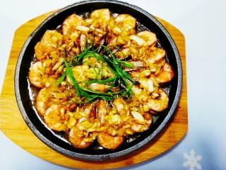冬日暖心菜-铁板蒜泥虾,撒上葱丝,浇上热油出锅
