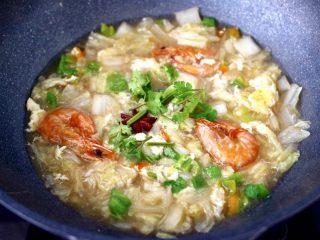 大白菜海虾打卤面,大火烧开后,即可关火,撒上香菜段,打卤面的卤就做好了。