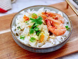 大白菜海虾打卤面,把煮熟的面条放入碗里,上面浇上做好的卤就可以开始享用了。
