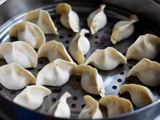 玉米豬肉餡餃子,把餃子放入蒸屜中(蒸鍋底層刷一層油防粘鍋),蒸20分鐘就可以了;也可以煮餃子;