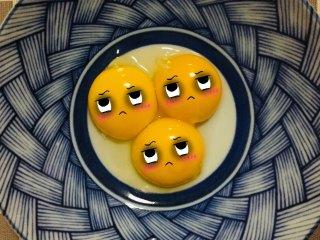 元寶蛋糕,將雞蛋分離成蛋黃,放入碗中備用