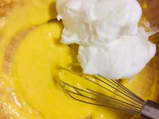 元寶蛋糕,取一半打發好的蛋白霜放入蛋黃糊中攪拌均勻