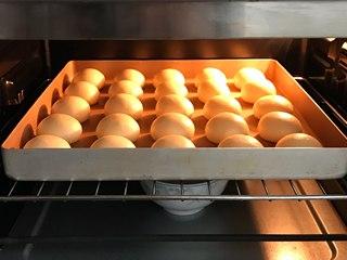 奶香面包,放入烤箱中发酵,放一碗热水增加温度和湿度,面团发至两倍大。