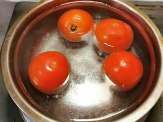 番茄金针菇汤,番茄用开水汆烫 易于剥皮