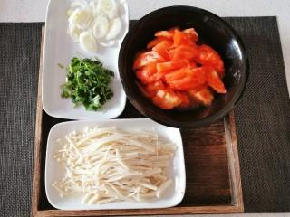 番茄金针菇汤,番茄去皮切块  香菜切小段  葱切片