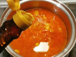 番茄金针菇汤,放入酱油  盖上盖子煮开