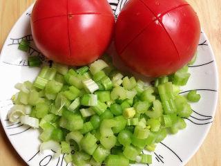 番茄金针菇汤,芹菜切丁待用,西红柿切个十字。