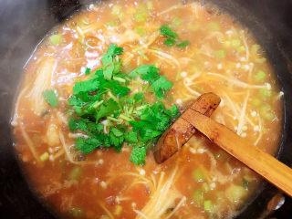 番茄金针菇汤,撒上香菜末即可出锅了。