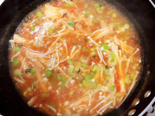 番茄金针菇汤,翻炒均匀,熬煮2分钟。