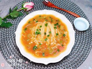 番茄金针菇汤,一碗酸酸甜甜、汤汁鲜美的番茄金针菇汤就上桌了!