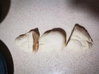 自制薄底披萨 味道绝了,切成三个小面团(我这里是做的八寸薄底披萨,喜欢吃厚的可以只切成两份面团)