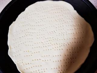 自制薄底披萨 味道绝了,用叉子在饼底上戳N个小洞,这里做了三个饼底,可以吃三次啦,把饼底放进170度预热5分钟的烤箱上下火,下层烤5分钟,拿出来放凉,然后放在冰箱冷冻室想吃的时候拿出来烤就可以啦~