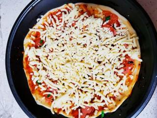 自制薄底披萨 味道绝了,放上马苏里拉芝士 无论多少看你喜欢的量加