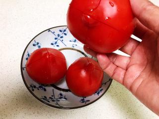 山药玉米排骨汤,在番茄顶部切十字