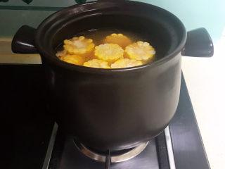 山药玉米排骨汤,加入玉米,大火烧开后小火慢煲20分钟