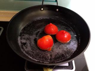 山药玉米排骨汤,水烧开后把番茄放入锅中,煮2分钟