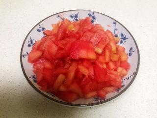 山药玉米排骨汤,把剥了皮的番茄切成小丁