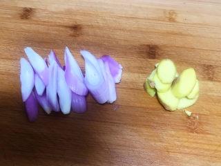 山药玉米排骨汤,把圆葱和鲜姜切成小片