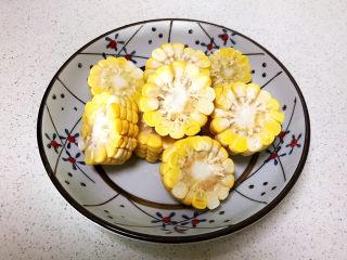 山药玉米排骨汤,甜玉米切成2㎝后的小片